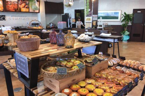 なんと80種類ものパンがぜ~んぶ100円!コーヒーも無料で楽しめるパン屋さん「SUMOMO」