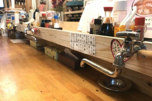 カウンターに蛇口がついてるよ!!大きな海老が乗った海鮮チャンポンが自慢の天草松島町「松っちゃん」