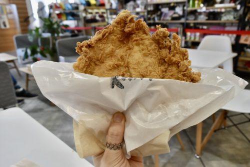 その大きさ想像以上。「台湾鶏排(からあげ)」を1枚で食うか2枚で食うか。【熊本ミルクティー健軍店】