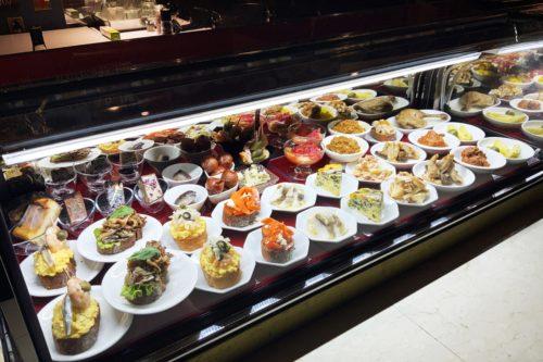 シュマンダンフィニの姉妹店!小皿に乗った料理が並ぶ「小皿逆螺子」